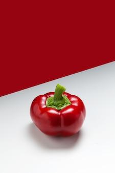 Gogoshar oder gogoscharii - breiter kugelförmiger pfeffer auf rotem und weißem hintergrund.