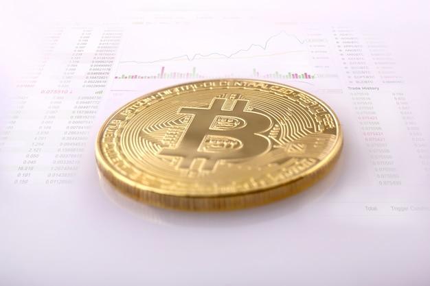 Gold bitcoin auf dem hintergrund des diagramms