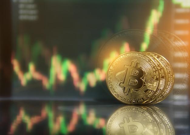 Gold-bitcoin mit wachstumsgraph-diagrammhandelsansicht. bitcoin goldmünze und defokussierter kartenhintergrund. virtuelles kryptowährungskonzept. börsendiagramm. bitcoin investment business internet-technologie