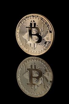 Gold bitcoin münze. reflexion von bitcoin-symbolen. bitcoin-kryptowährung. unternehmenskonzept.