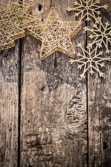 Gold christbaumschmuck auf grunge holz hintergrund winterurlaub konzept