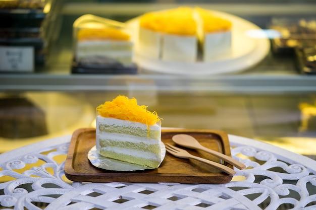 Gold eigelb faden kuchenscheibe oder foi tanga kuchenscheibe auf holzteller im laden