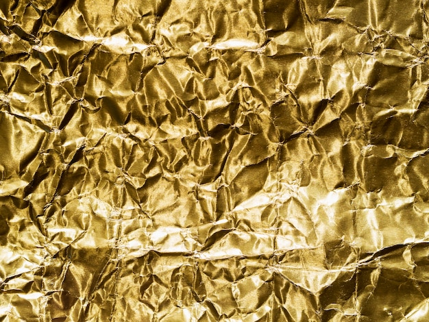 Gold gemalt in gelber zerknitterter folie