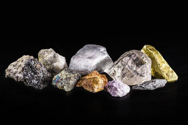 Gold, silber, rohdiamanten, bauxit, pyrolusit, bleiglanz, pyrit, chromit, lepidolith, chalkopyrit. sammlung von in brasilien gewonnenen steinen, mineralogie, brasilianischer bodenschatz