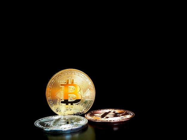 Gold-, silber- und bronze-bitcoin-münzen mit bitcoin-symbol,
