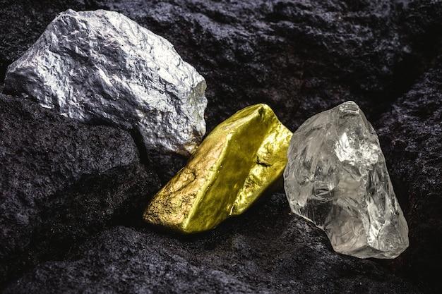 Gold, silber und rohdiamant, steine und edelmetalle im kohlebergwerk, konzept der myeralogie