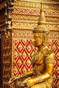 Gold sitzende buddha-statue in thailand