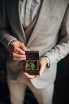 Gold trauringe sind auf der hand des bräutigams