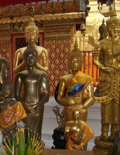 Gold und messing buddhistischen statuen