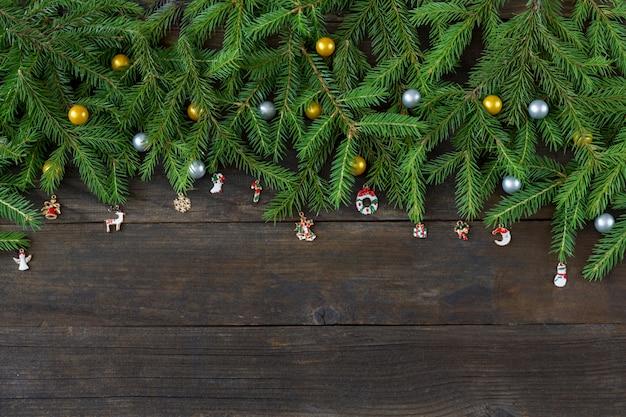 Gold- und silberdekor in form von kugeln und weihnachtsschmuck