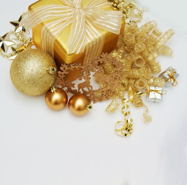 Gold weihnachtsgeschenk und dekorationen auf weißem hintergrund