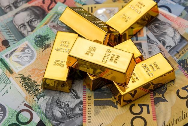 Goldbarren an bunten australischen dollarbanknoten