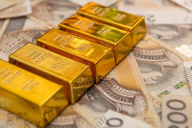 Goldbarren auf polnischem geld zloty pln. schatz