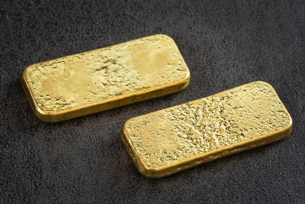 Goldbarren auf schwarzem leder