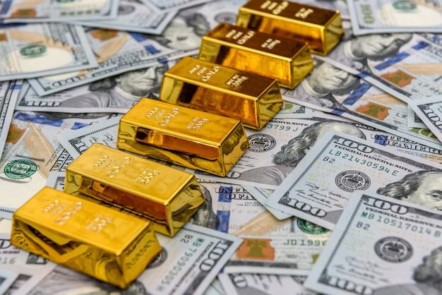 Goldbarren auf us-dollar-banknoten schließen