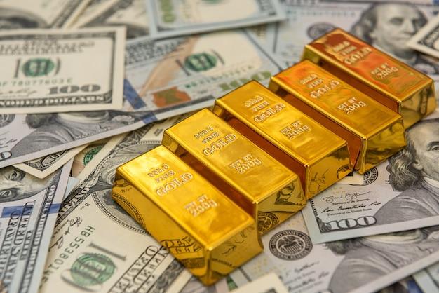 Goldbarren der großen bank auf dollarnoten. sparkonzept