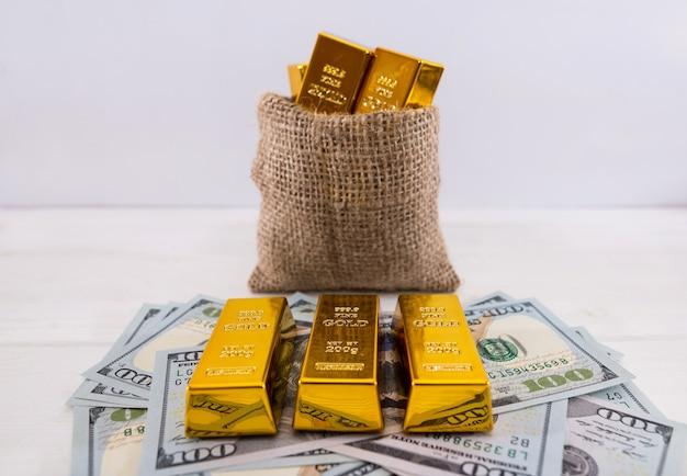 Goldbarren in einer kleinen tasche auf weiß. vermögenskonzept.