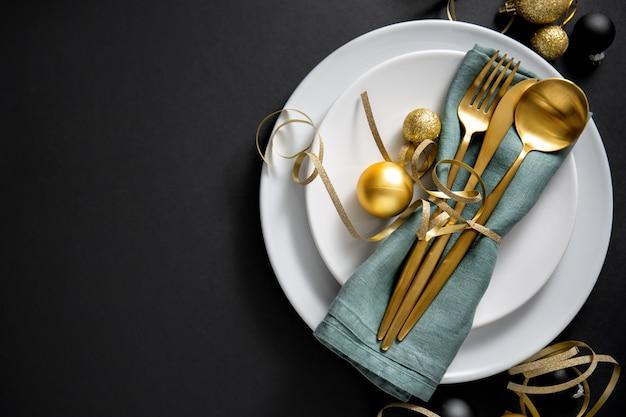 Goldbesteck serviert auf teller zum weihnachtsessen