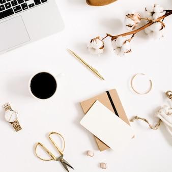 Goldblogschreibtisch des modebloggers mit weiblicher zubehörkollektion und baumwollzweig auf weiß