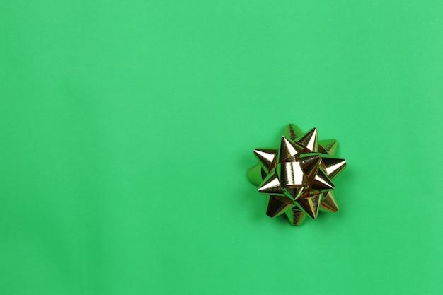 Goldbogen auf grünbuchhintergrund und haben kopienraum.