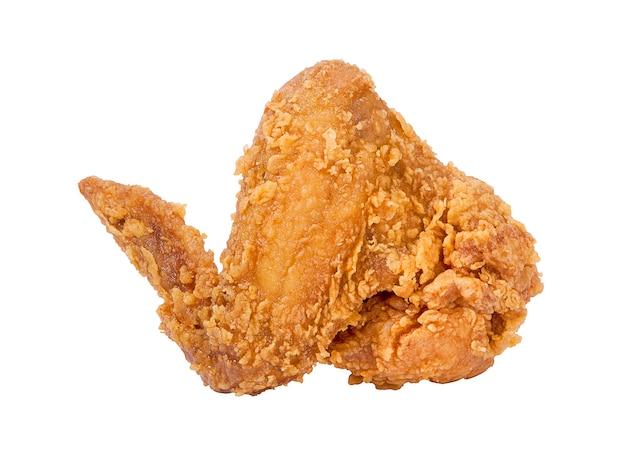 Goldbraune gebratene hühnerflügel auf weißer oberfläche