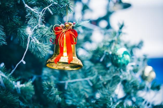 Golden bell auf chrismas baum.