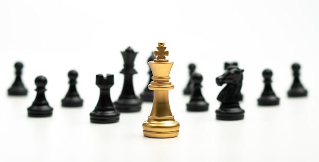 Golden chess king steht, um von anderen schachfiguren zu sein konzept eines anführers muss mut haben
