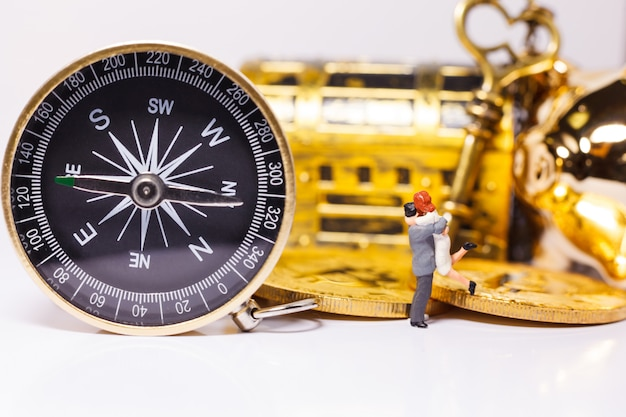 Golden compass führt die menschen bei geschäftsinvestitionen
