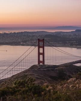 Golden gate bridge mit gebäuden in der ferne