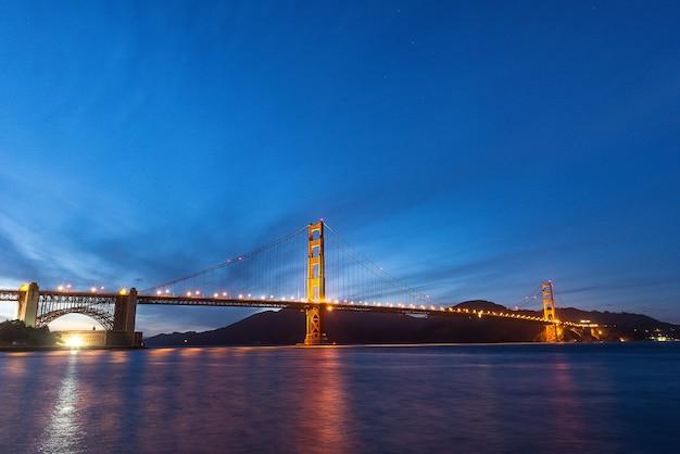 Golden gate bridge während der twilight-stunde