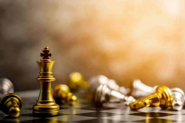 Golden king chess standing begegnung besiege feinde.