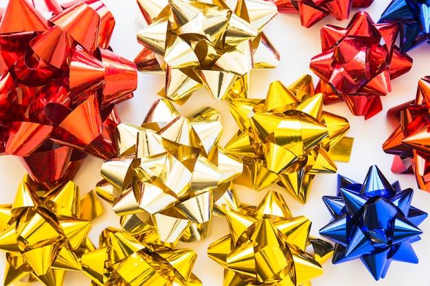 Golden; rote und blaue dekorative bänder auf weißem hintergrund