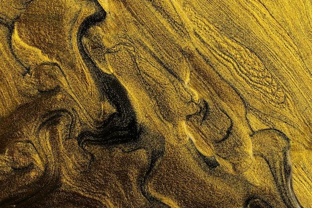 Goldene abstrakte textur des nagellacks, flüssige kunsttechnik. marmorhintergrund. moderner hintergrund des nagellackflusses. platz für design kopieren. horizontale abstrakte fahne.