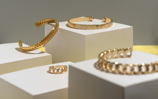 Goldene accessoires auf weißen würfeln auf gelb und grau