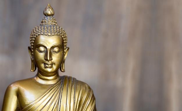 Goldene antike buddha-statue.