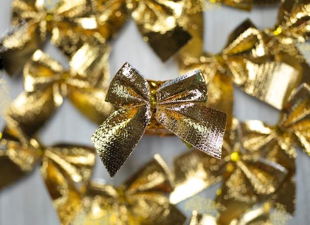 Goldene bänder funkelnd auf holzhintergrund draufsicht weihnachtsgeschenk dekoration stilvolle hintergrundlu...