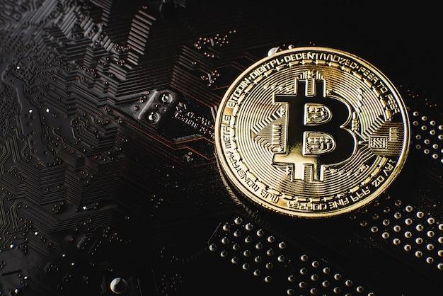 Goldene bitcoin auf dem motherboard