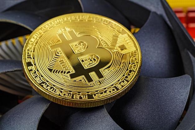 Goldene bitcoin auf der zentralhintergrundlüfterhintergrundnahaufnahme. virtuelles geld für kryptowährung Premium Fotos