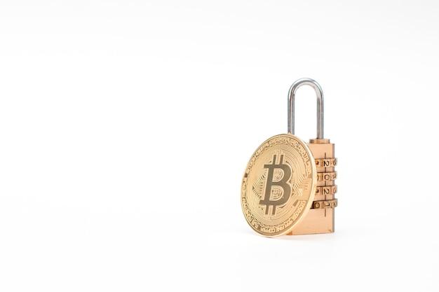 Goldene bitcoin (btc) -münze mit vorhängeschloss lokalisiert auf weißem hintergrund. informationssicherheit.