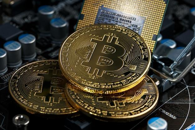 Goldene bitcoin-kryptowährung auf computerplatine cpu. makroaufnahme