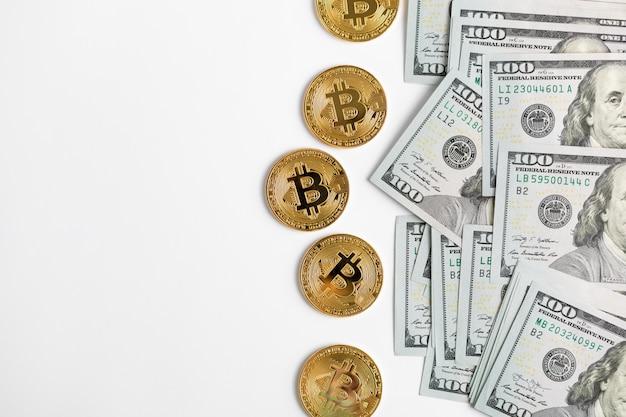Goldene bitcoin-münze auf us-dollar hautnah. elektronische kryptowährung