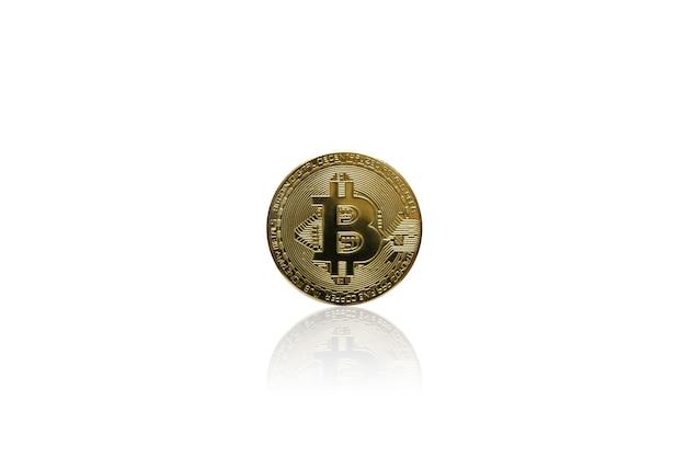 Goldene bitcoin-münze der kryptowährung auf weißem hintergrund, elektronisches virtuelles geld für webbanking und internationale netzwerkzahlung, währungstechnologie-business-internet-konzept.