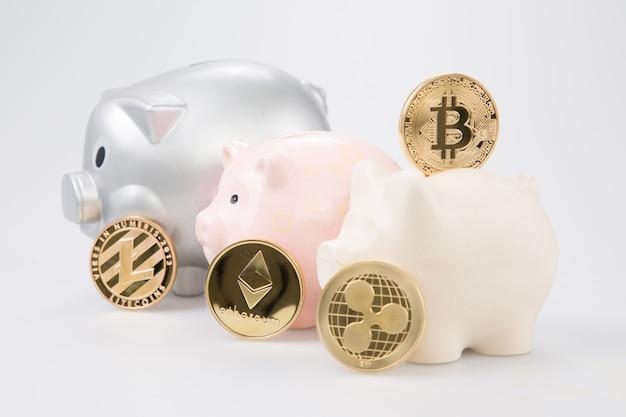 Goldene bitcoin-münze im sparschwein digital-währungsgeldhandel mit kryptowährungsmünze mit gewinnfinanzkonzept