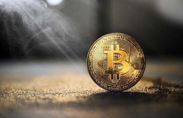 Goldene bitcoin münze mit funkeln beleuchtet schmutzkrypto währung