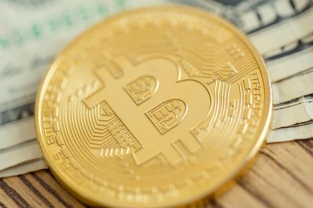 Goldene bitcoin-münze und eine dollar-banknote