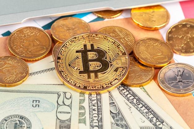 Goldene bitcoin-münze und us-dollar