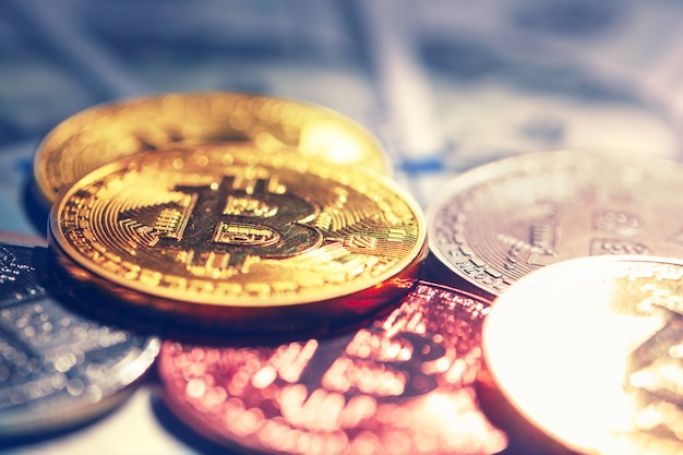 Goldene bitcoin münzen auf einem papierdollargeld