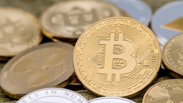 Goldene bitcoin-währung aus physischem metall gegenüber anderen münzen. neues weltweites virtuelles internetgeld. digitalmünze cyberspace kryptowährung gold btc. gute investition zukünftige online-zahlung