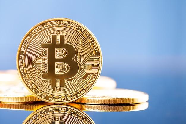 Goldene bitcoins auf blauer oberfläche