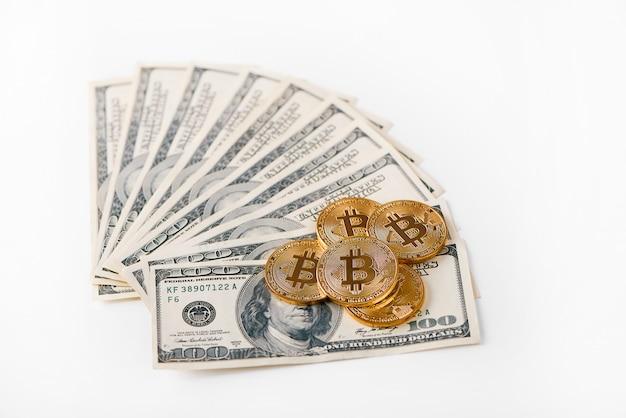 Goldene bitcoins auf dollarbanknoten